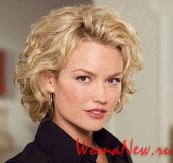 блондинка с кучерявыми волосами