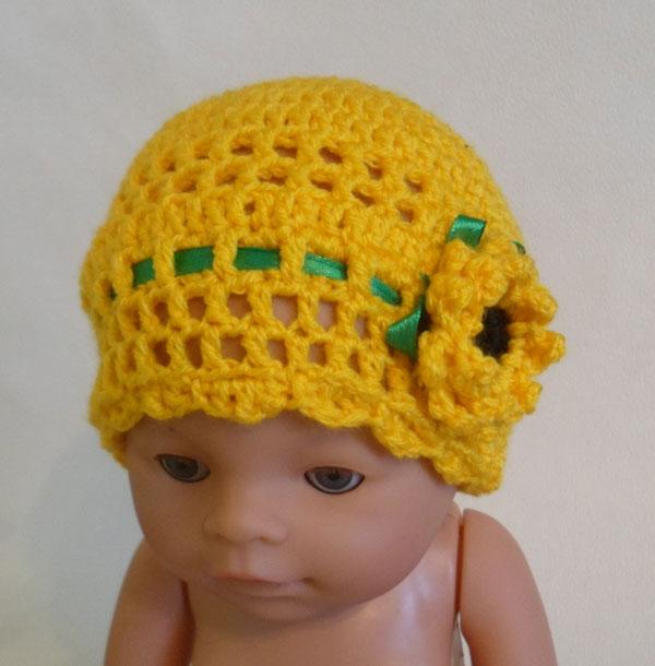 шапочка для девочки с декоративным цветком