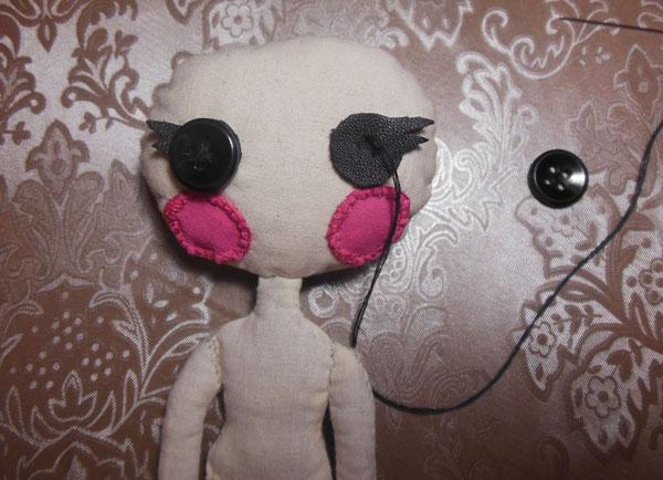 оформляем лицо кукле из ткани