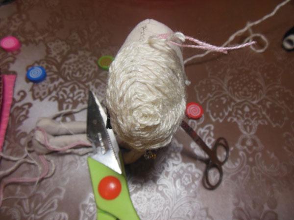 прическа для куклы из пряжи
